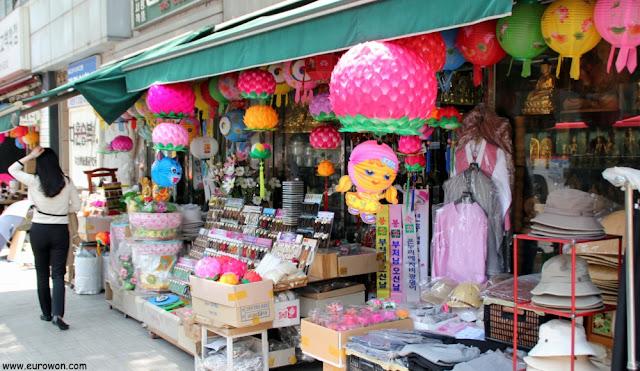 Tienda de faroles budistas en Seúl
