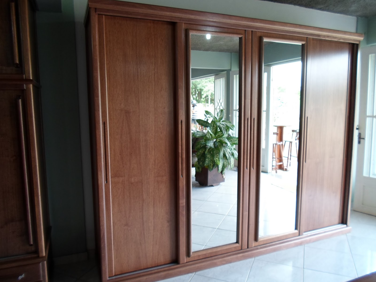 Os gaveteiros ficam nas duas portas do meio são 10 gavetas 5 de  #6A4638 1600x1200