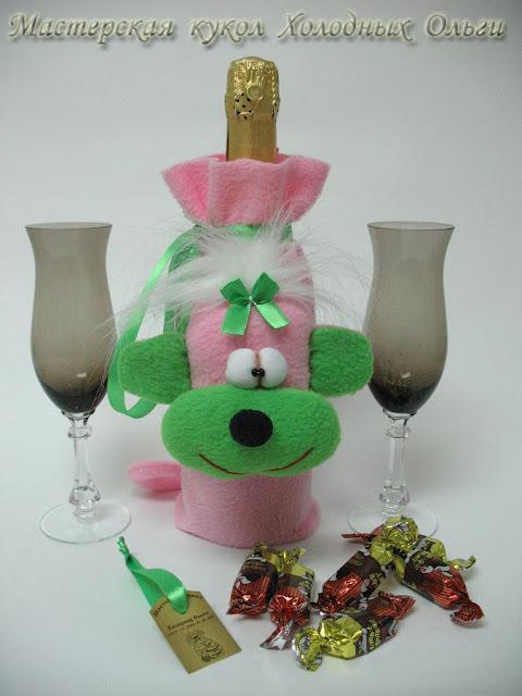 Обезьяна розовая с зеленым