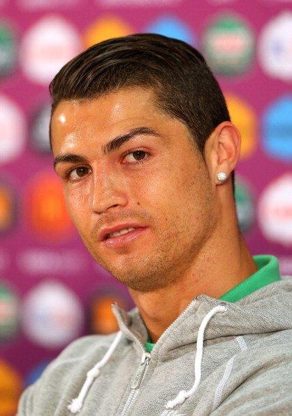 Diatas adalah style rambut dari Cristian Ronaldo yang cukup di gemari