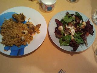 cena paella y ensalada