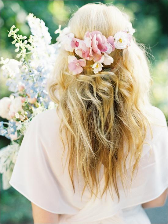 håropsætning med blomster