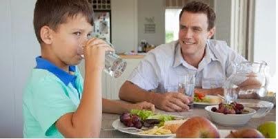 Akibat minum air putih berlebihan ketika makan