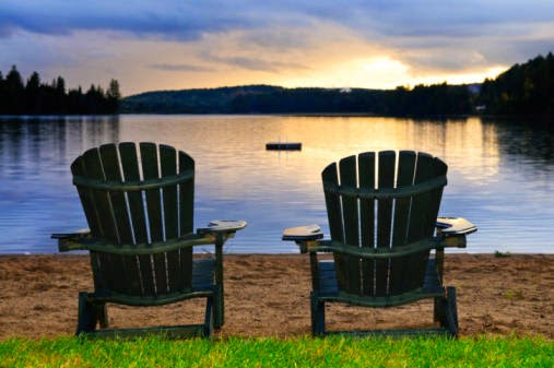 Foto sillas en el lago