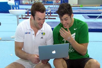 Diego Hypólito e Sérgio Sasaki olhando as imagens antigas Crédito: Globo/Divulgação