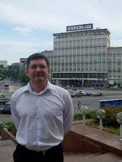 Echecs à Kiev : Alexander Moiseenko devant la maison d'Ukraine © photo Chess & Strategy