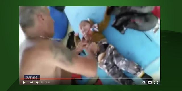 Les pêcheurs turcs ont sauvé in extremis un enfant syrien de 18 mois en mer Egée, selon cette vidéo partagée depuis dimanche.