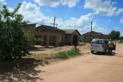 Op deze foto van verleden jaar is de afbouw van de, naar lokale maatstaven, zeer riante woning nog volop aan de gang.
