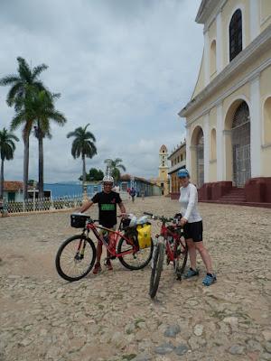 enlacima-de-paseo-en-btt-por-trinidad-de-cuba-bajo-un-calor-intenso