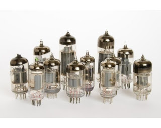 Entenda o funcionamento dos amplificadores de guitarra e descubra porque os guitarristas preferem os valvulados, neste artigo escrito por Elvis Almeida