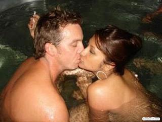 """Apa sih, istimewanya sebuah ciuman? Mengapa orang-orang di negara Barat sering sekali berciuman, dan sangat ekspresif dalam melakukannya? Dan, meskipun banyak yang mengatakan bahwa berciuman adalah bagian dari """"budaya Barat"""", tetapi toh sampai sekarang orang Barat masih sering membahas soal ciuman. Bahkan, dari persoalan mendasar seperti bagaimana cara berciuman yang enak.  Anda mengira telah punya pengetahuan cukup banyak soal ciuman? Tunggu dulu, silakan baca fakta-fakta unik seputar berciuman, seperti dirangkum oleh Laura Schaefer, penulis buku Man with Farm Seeks Woman with Tractor: The Best and Worst Personal Ads of All Time."""