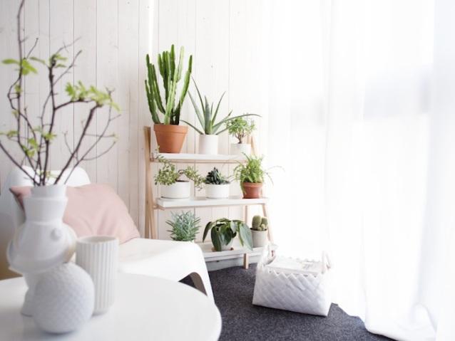 terraza en blanco y rosa con sillón pes vago Ikea