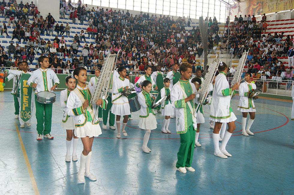 As bandas musicais escolares se apresentaram para um público empolgado