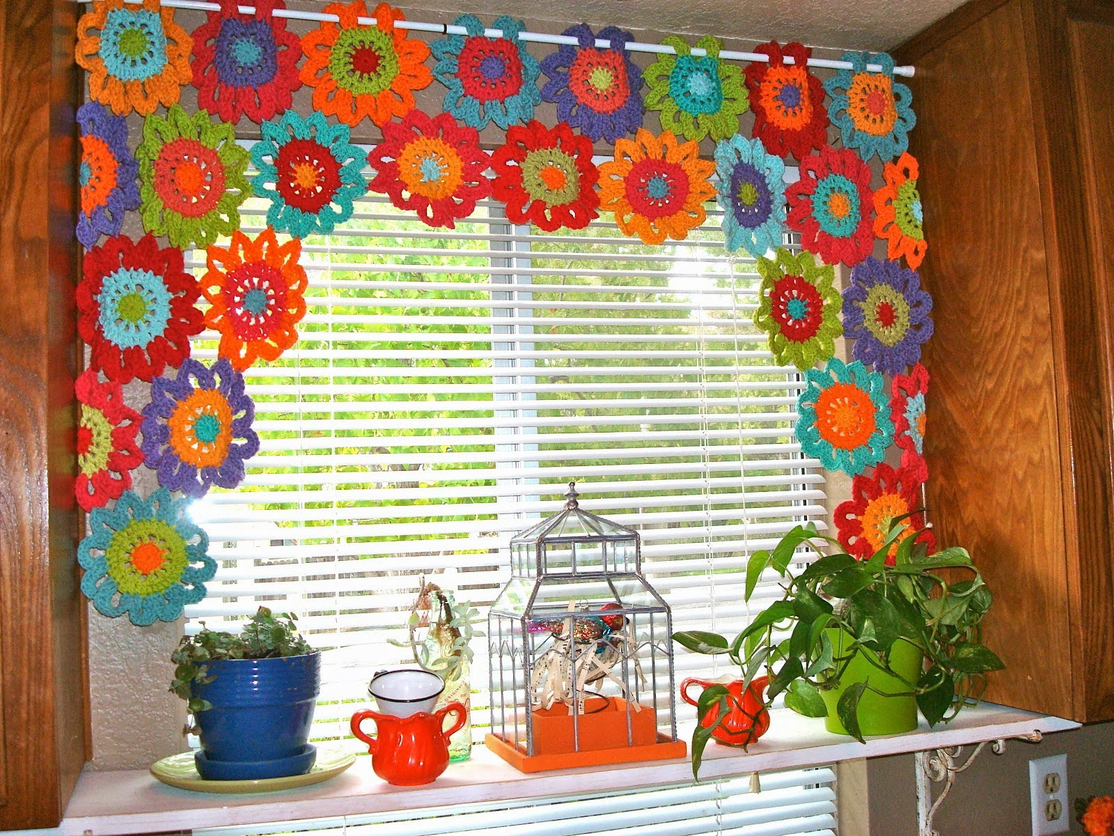 mes favoris tricot crochet mod le rideau au crochet gratuit flower power valance. Black Bedroom Furniture Sets. Home Design Ideas
