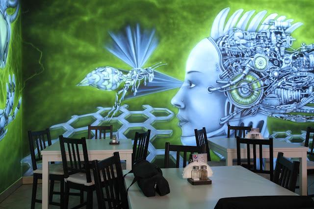 LLU Byrger w Łukowie aranżacja kawiarni, mural UV świecący w ciemności,