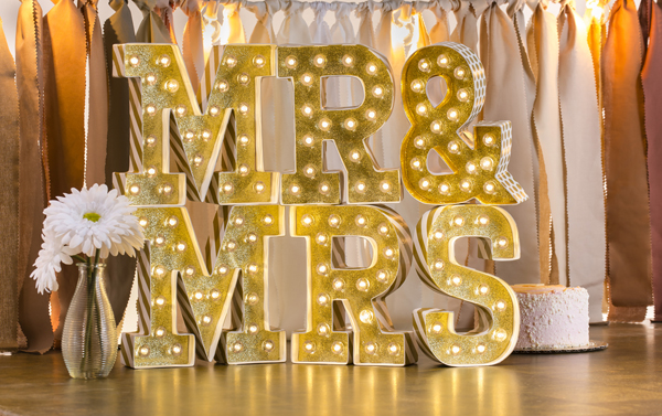 How to create easy wedding @heidiswapp marquee lights! Created by @sarahowens for @craftsavvy