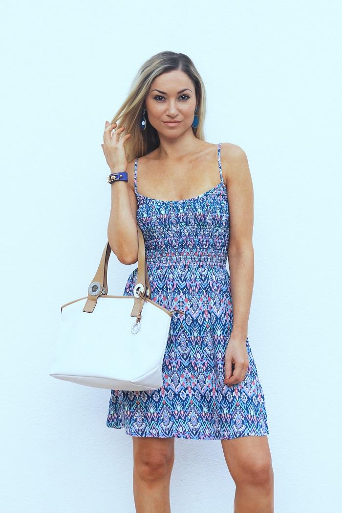Azul-cobalto é uma cor muito rica e sofisticada. Eu amo este tom! E tenho várias peças em azul-cobalto, quer para o Verão, quer para o Inverno. Look do dia/Outfit. Vestido estampado. Carteira Calvin Klein. Dicas de moda e imagem. Style Statement. Blog de moda portugal. Blue printed dress.