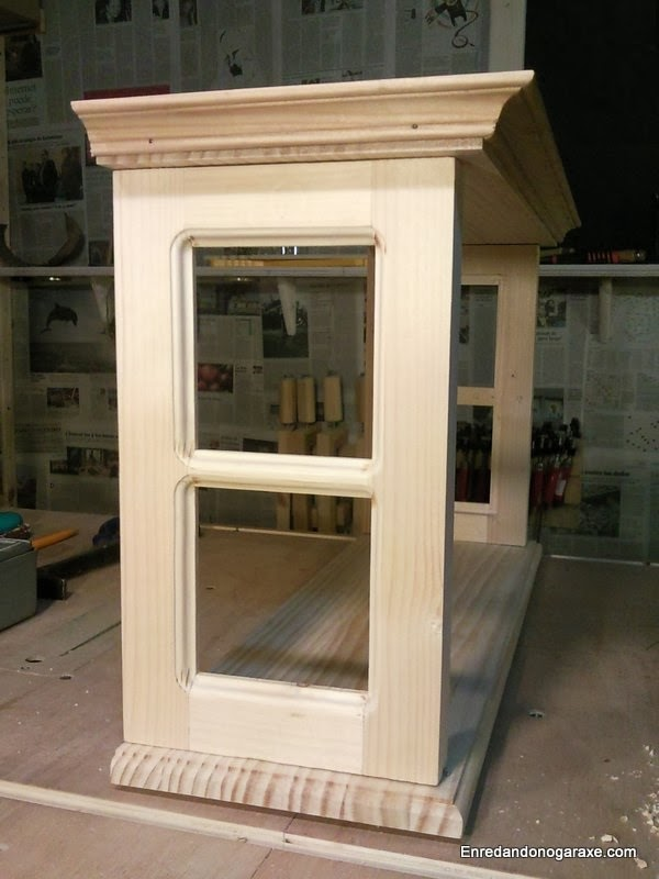 Fabricar una vitrina. Base, tapa y molduras decorativas. Enredandonogaraxe.com