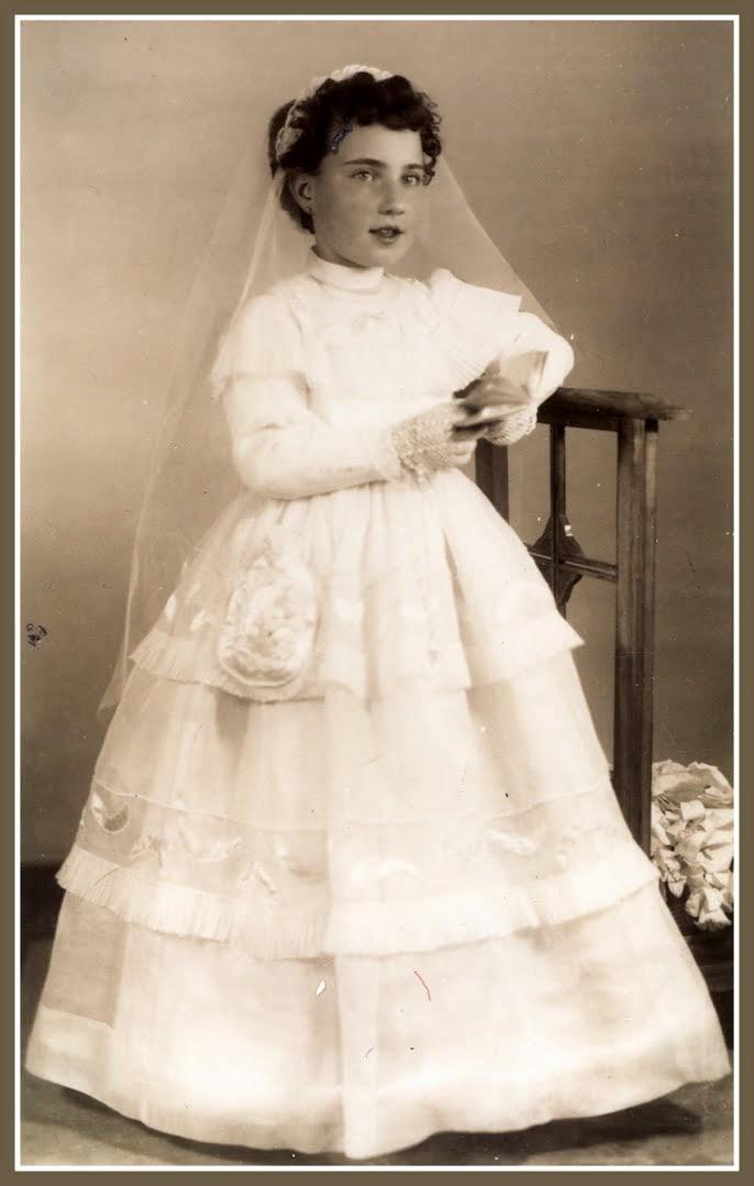 Niña con vestido de comunión confeccionado en casa
