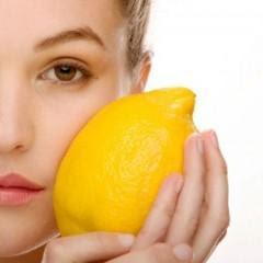 خلطة الزبادى والليمون لتفتيح لون البشرة - woman face holding lemon