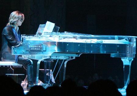 [MUSICA]Yoshiki (líder de X-Japan) subastará su piano de cristal 20110313_YOSHIKI-piano-auction