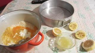добавляем цедру лимона и сок в тесто