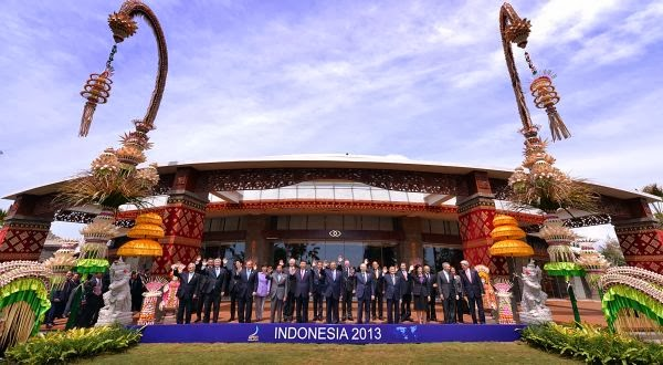 Para pemimpin APEC berfoto di Nusa Dua