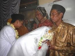 Ciri-ciri dan Sifat Istri Sholeha Dambaan Suami