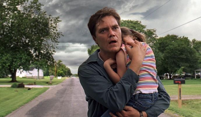 Curtis fugge dalla tempesta tenendo stretta a sé la figlia