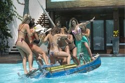 Barco não sobrevive a desfile de tanquinhos, e famosas afundam