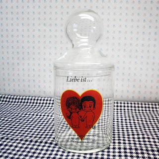 Bonbonnière vintage, décor love is de Kim Casali, 1971. La puce au grenier