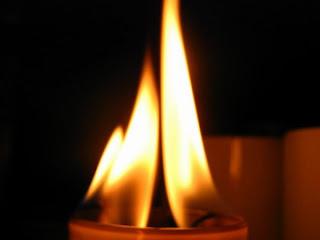 желтое пламя свечи