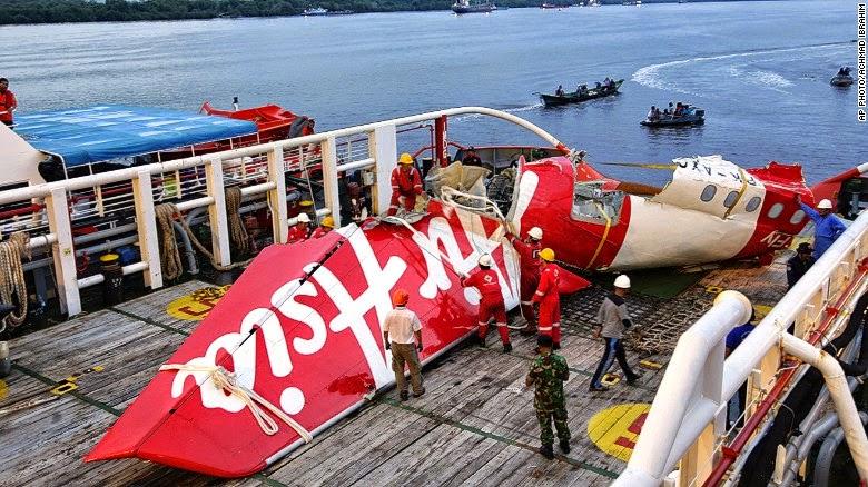 Encuentran la grabadora de datos del vuelo de AirAsia