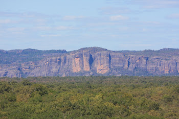 Zoom of the escarpment from Nawurlandja