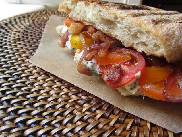 panino farcito pomodorini cipolla pancetta formaggio spalmabile
