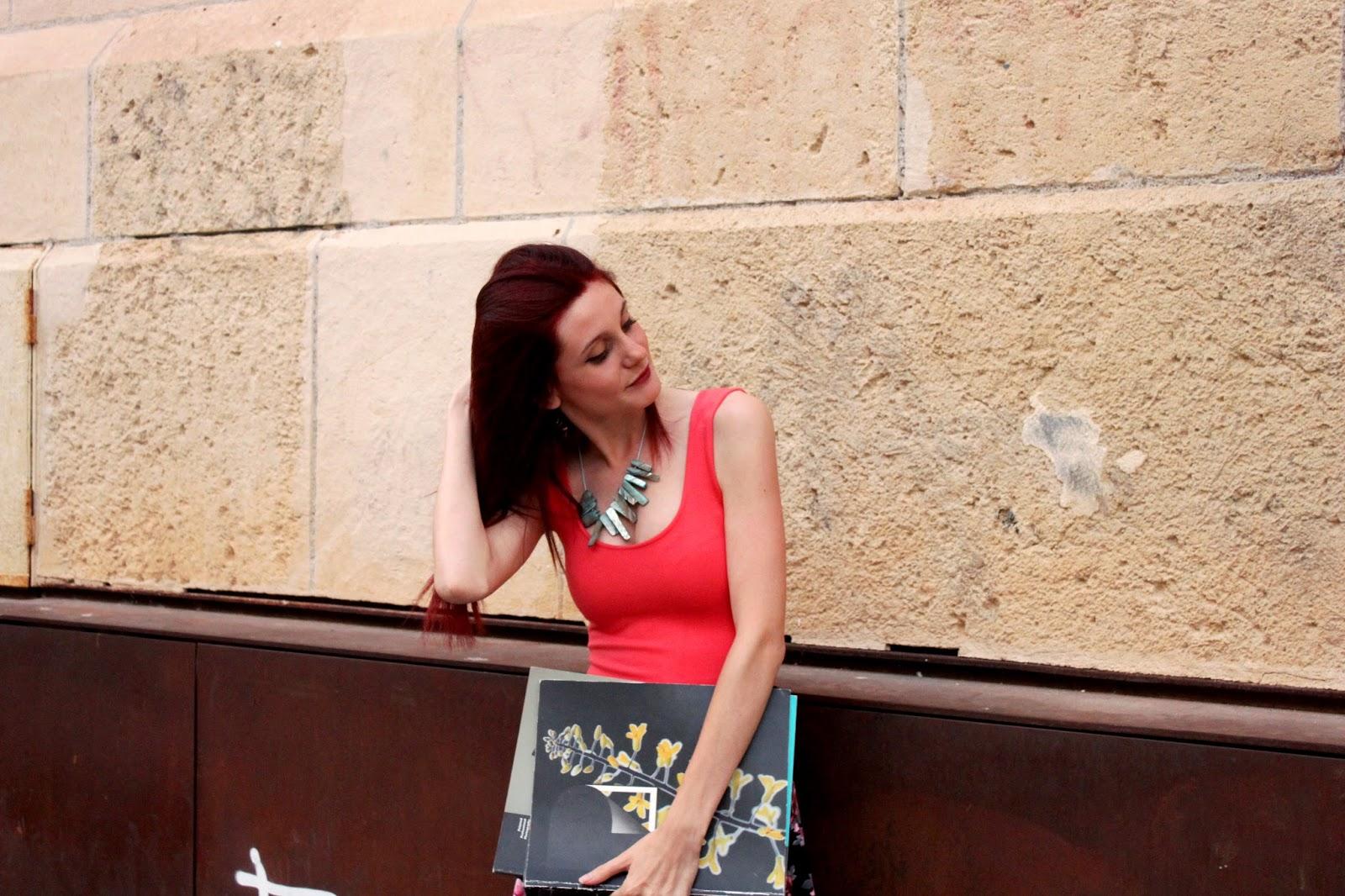 outfit-verano-floral-pelo-rojo