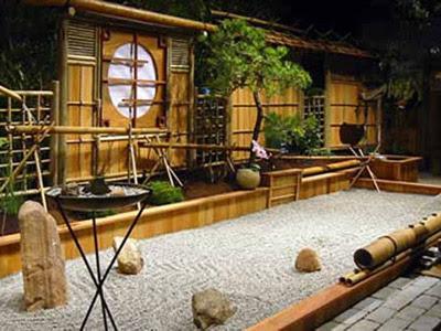 foto jardin zen con decoraciones de bammbú