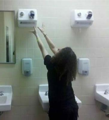 Sèche mains mural installé trop haut, rigolade et bricolage