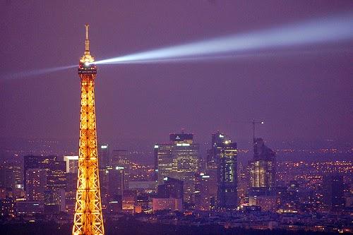 Cahaya bangunan malam di Paris oleh Andrea