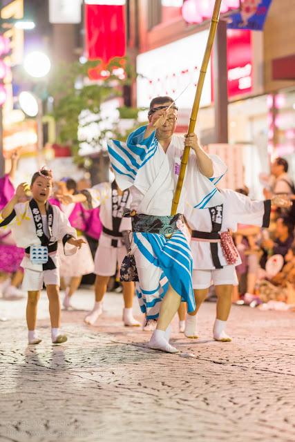 三鷹阿波踊り、八王子千人連の高張提灯持ち手と子供踊り