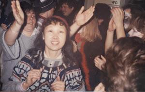 1986年2月,在波恩的第一个狂欢节,酒店里跳舞欢畅的人们。