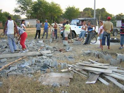 Siguen los desalojos en Cuba socialista: Viviendas reducidas a escombros en Bayamo  Desalojo+en+Bayamo+DSCN5275