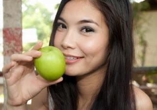 Cara merawat kulit wajah menggunakan buah apel,