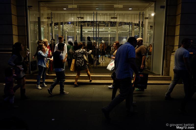 Fotografia dell'ingresso di un negozio, di sera