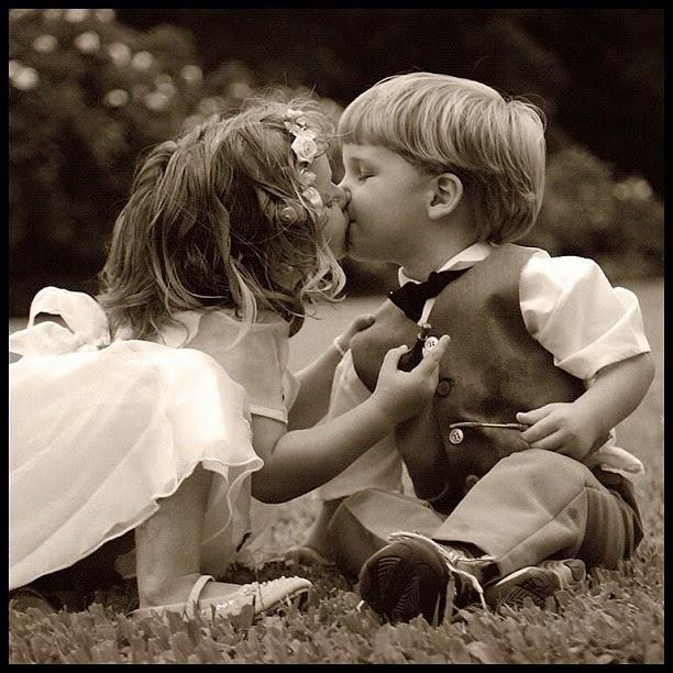 Download gambar lucu bayi-bayi berciuman romatis
