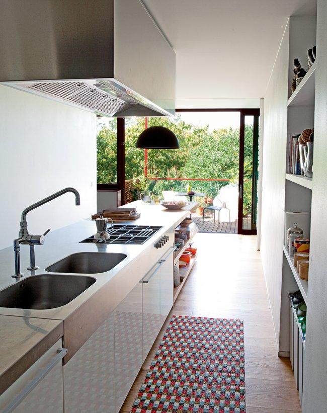 el ventanal abierto a un pequeo balcn proporciona continuidad al espacio - Cocinas Alargadas