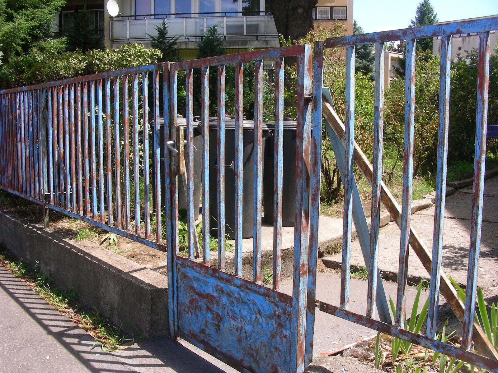 Kopott régi festék a kerítésen.