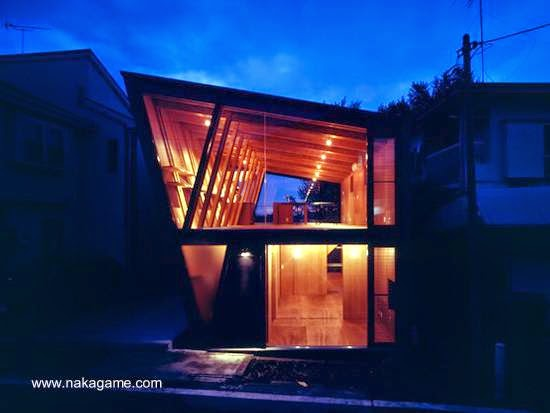 Vista en la noche del frente de la moderna casa de madera