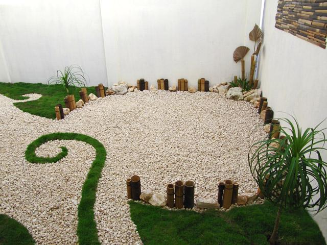 Jard n creativo con pasto gravilla y bamb dise os para for Paisajismos en jardines