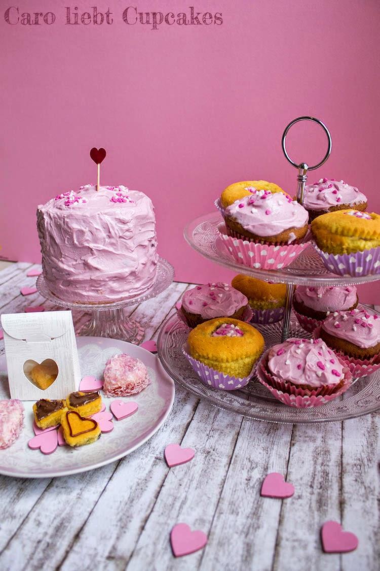 Vanille-Muffins, Schoko-Cupcakes und Mini-Kirsch-Torte